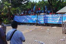 Tuntut Bertemu Jokowi-Basuki, Buruh Lempar Botol dan Dorong Pagar Balaikota