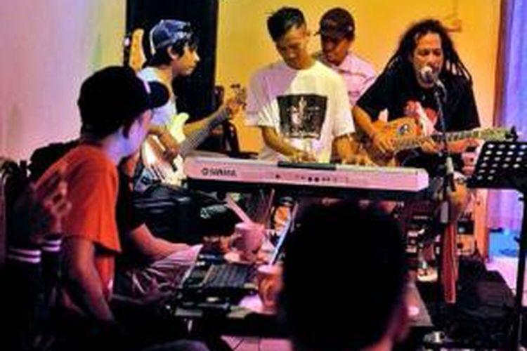 Hiburan musik di sebuah kafe di Ambon, Maluku.