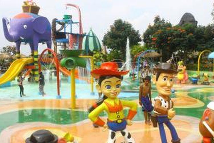 Kolam renang untuk anak-anak yang dipenuhi karakter binatang dan tokoh kartun merupakan salah satu zona favorit di Batu Secret Zoo, Kota Batu, Jawa Timur.