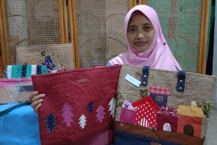 MENAWAN--Fatmalia Yulinda (36), warga Kelurahan Kejuron, Kecamatan Taman, Kota Madiun menunjukkan salah satu produk handycraft tas berbahan kain goni bekas yang menawan dan banyak diburu pecinta tas unik.