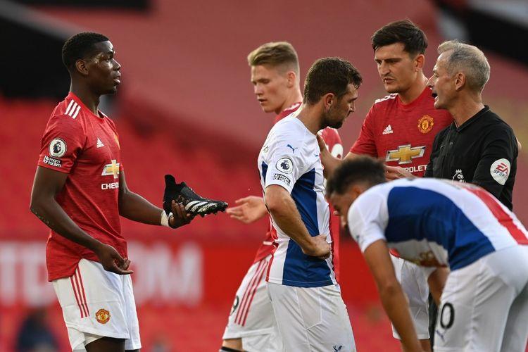 Paul Pogba (kiri) pada laga Man United vs Crystal Palace di Stadion Old Trafford dalam lanjutan pekan kedua Liga Inggris, Sabtu (19/9/2020).