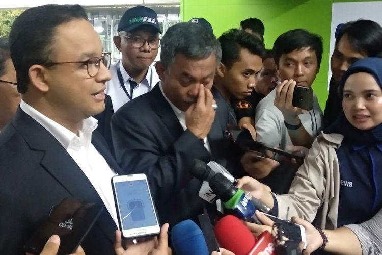 Gubernur DKI Jakarta Anies Baswedan bersama Ketua DPRD DKI Jakarta Prasetyo Edi Marsudi di Stasiun MRT Blok M, Jakarta Selatan, Selasa (2/4/2019).