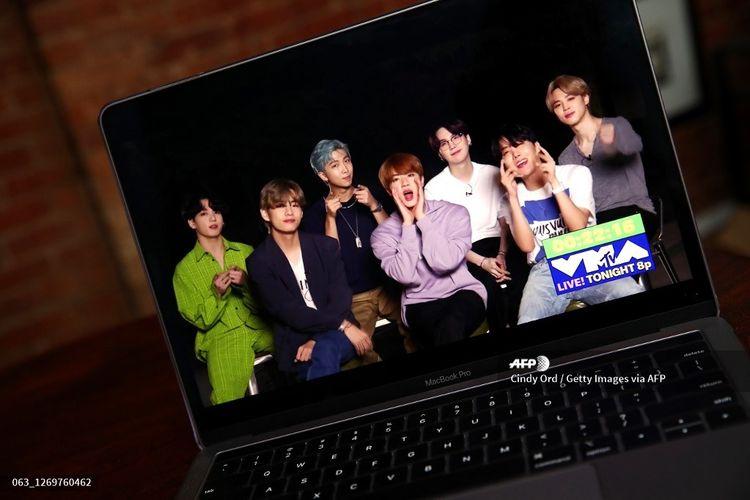 BTS menyapa penggemar menjelang penayangan 2020 MTV Video Music Awards pada Minggu (30/8/2020).