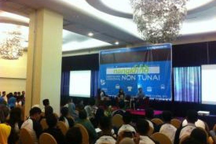 Bank Indonesia sosialisasikan Gerakan Nasional Non Tunai di Kota Ambon, Maluku pada Sabtu (11/4/2015) siang. Kegiatan ini dihadiri lebih dari 100 peserta yang terdiri dari blogger, mahasiswa, dan praktisi ekonomi.