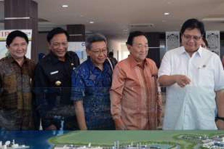 Menteri Perindustrian (Menperin) Airlangga Hartarto (baju putih), saat mengunjungi kawasan industri Java Integrated Industrial Port Estate (JIIPE), Kamis (4/8/2016).