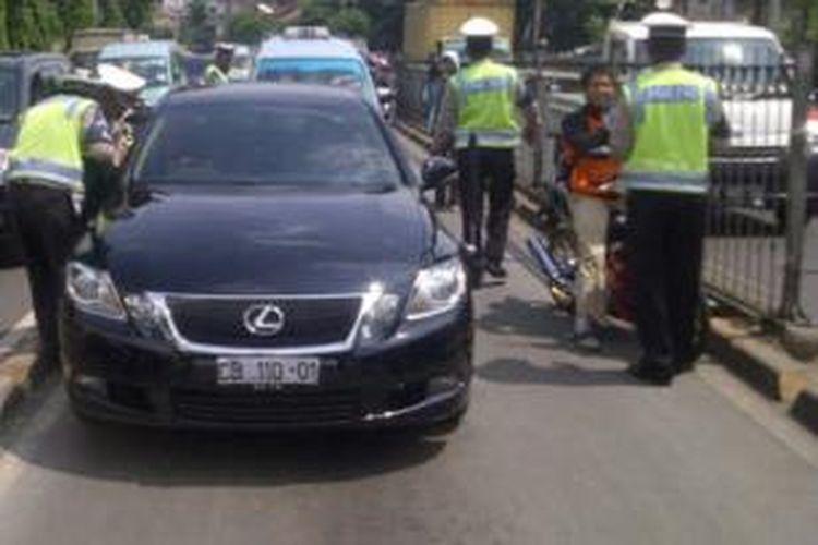 Mobil milik kedutaan besar Sudan diberhentikan petugas karena masuk di jalur Transjakarta, Jatinegara Barat, Jakarta Timur. Senin (25/11/2013).