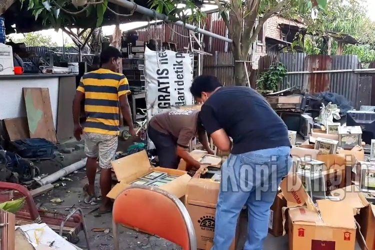 Personel menmeriksa kotak amal yang ditemukan di sebuah gudang di Desa Manunggal, Kecamatan Helvetia, Deli Serdang pada Jumat (16/3/2021). Sebanyak 500 kotak amal diamankan dari lokasi tersebut. Berikut ratusan stiker, brosur dan beberapa lembar baju yang digunaakan saat menarik kotak amal dari yang sudah ditentukan.