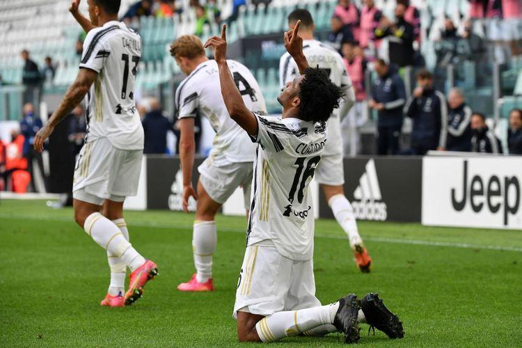 Gelandang Juventus Juan Cuadrado merayakan gol ke gawang Inter Milan pada laga Liga Italia, Sabtu (15/5/2021) malam WIB di Turin.