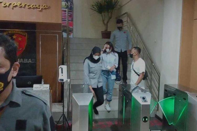 Usai pemeriksaan sebagai saksi terkait prostitusi online, artis SC tengah menuruni tangga menuju keluar Gedung Direktorat Reserse Kriminal Khusus (Ditreskrimsus) Polda Jabar, Selasa (5/1/2021).