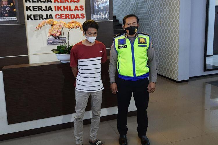 A (23) warga Kota Batu, Jawa Timur saat diamankan di Mapolresta Malang Kota, Senin (5/7/2021). A merupakan penyebar hoaks terkait pemadaman PJU yang menjadi salah satu kebijakan Kota Malang selama periode PPKM Darurat