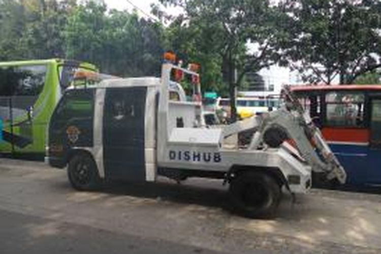 Mobil derek milik Dinas Perhubungan DKI Jakarta