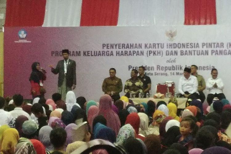 Presiden Joko Widodo menghadiri pembagian Kartu Indonesia Pintar, Kartu Indonesia Sehat, dan Kartu Keluarga Sejahtera di Gor Maulana Yusuf, Serang, Banten, Rabu (14/3/2018).