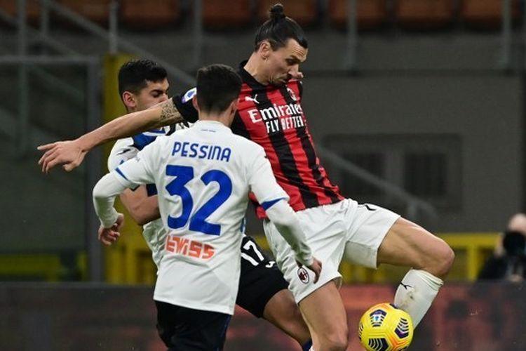Zlatan Ibrahimovic berebut bola dengan Cristian Romero dan Matteo Pessina dalam laga AC Milan vs Atalanta pada pekan ke-19 Liga Italia Serie A 2020-2021 yang digelar di Stadion San Siro, Sabtu (23/1/2021).