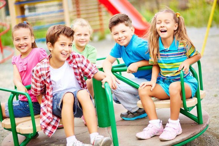 Ilustrasi anak-anak bermain dan tertawa di taman bermain.