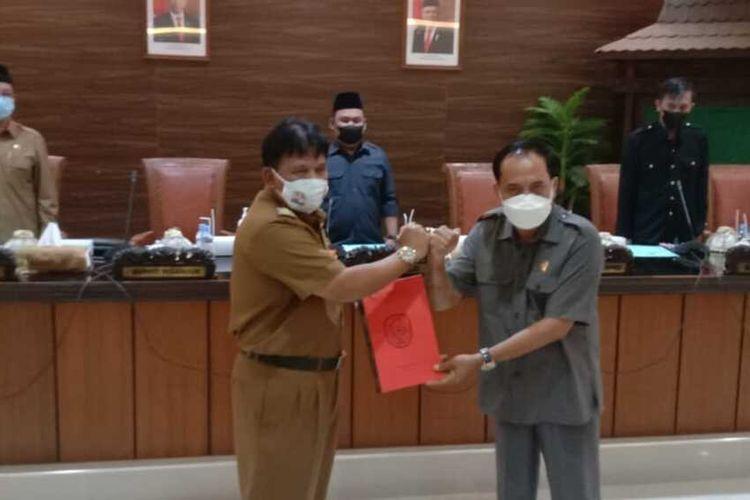 Ketua DPRD Nganjuk Tatit Heru Tjahjono (kanan) menyerahkan materi interpelasi ke Plt Bupati Nganjuk Marhaen Djumadi (kiri), Senin (31/5/2021).