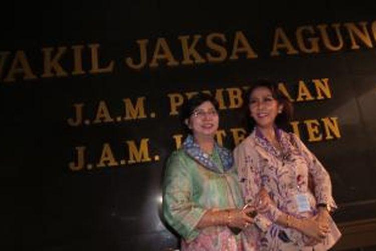 Ketua Pansel calon pimpinan KPK Destry Damayanti dan salah satu anggotanya Yenti Garnasih usai bertemu Jaksa Agung HM Prasetyo di kejaksaan, Selasa (16/6/2015).