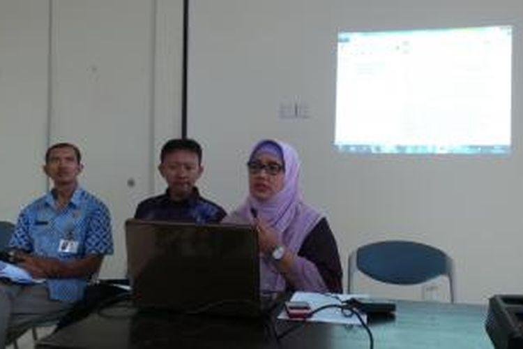 Koordinator Forum Musyawarh Guru Jakarta (FMGJ) (paling kanan) Retno Listyarti