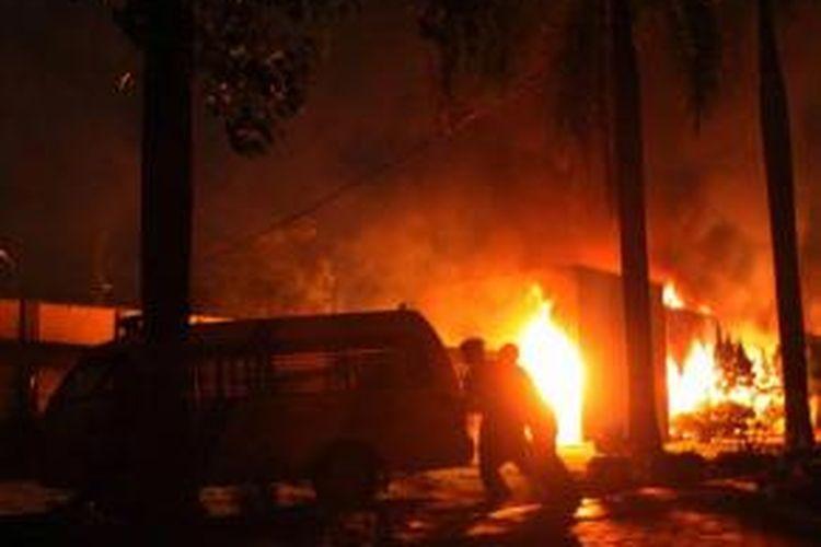 Kantor Lembaga Pemasyarakatan (Lapas) Klas I Tanjung Gusta, Medan, yang terbakar, Kamis (11/7/2013) malam. Lapas diduga dibakar sekelompok narapidana akibat adanya pemadaman listrik dan matinya air PDAM dalam Lapas. Diduga sekitar 300 napi berhasil kabur.