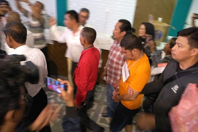 Tersangka Jeffry Pratama (42) digelandang di Warunk Everyday di Jalan Gagak Hitam, Ringroad Medan saat rekonstruksi  Pembunuhan hakim PN Medan, Senin (13/1/2020).