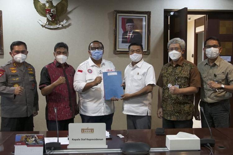 Kepala Staf Presiden (KSP) Moeldoko menerima pimpinan Konfederasi Serikat Pekerja Seluruh Indonesia (KSPSI) dan Konfederasi Serikat Pekerja Indonesia (KSPI) di Gedung Bina Graha Jakarta, Sabtu (1/5/2021).