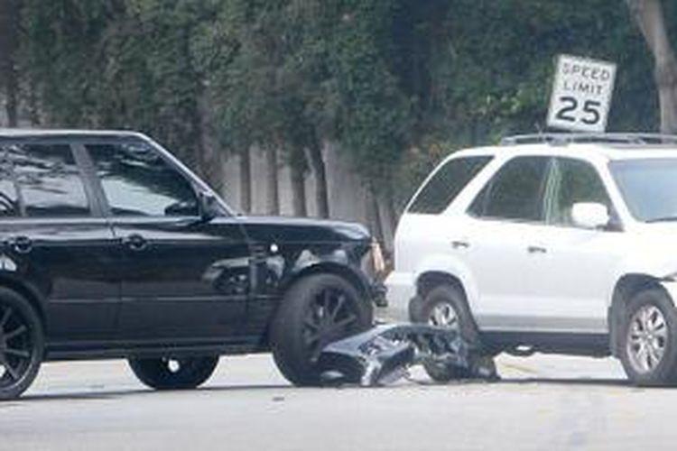 Mobil Range Rover Sport berwarna hitam milik David Beckham menabrak mobil berwarna putih. Kejadian ini terjadi di jalan keluar rumah Beckham di Beverly Hills, Jumat (25/10/2013).