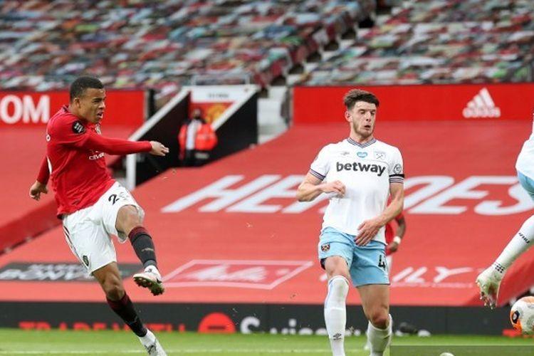 Penyerang Manchester United, Mason Greenwood melepaskan tembakan ke arah gawang West Ham United pada laga pekan ke-27 Premir League, di Stadion Old Trafford, 22 Juli 2020.
