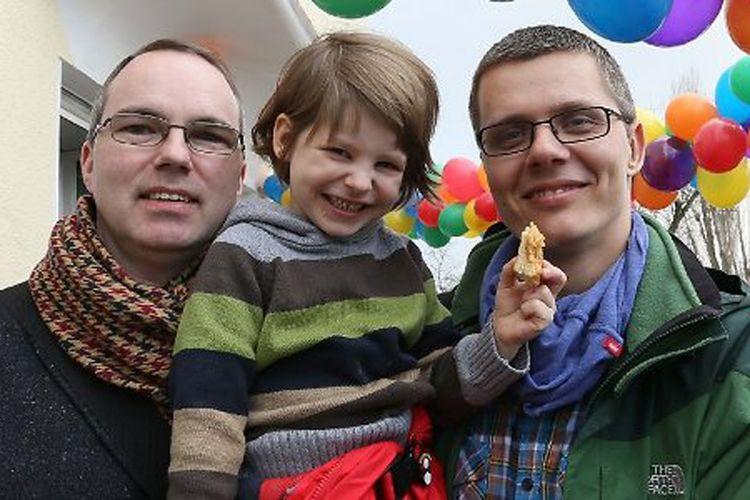 Michael dan Kai Korok bersama anak yang baru mereka adopsi secara resmi.