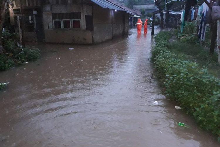 Air menggenangi pemukiman warga di wilayah Bintaro, Pesanggrahan, Jakarta Selatan, Selasa pagi (25/2/2020).