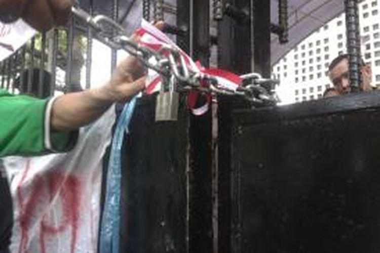 Gembok yang dipasang oleh sekelompok massa di pagar Gedung KPU, Jalan Imam Bonjol, Jakarta Pusat, Senin (4/8/2014)