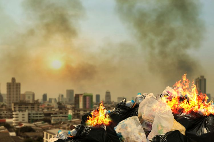 Ilustrasi membakar sampah plastik