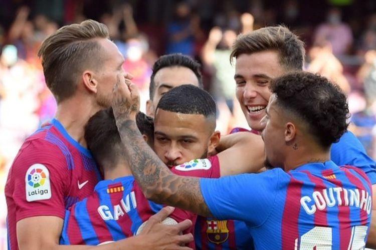 Penyerang Barcelona Memphis Depay (tengah) merayakan gol bersama rekan-rekannya pada laga lanjutkan Liga Spanyol kontra Levante di Stadion Camp Nou, Minggu (26/9/2021) malam WIB.