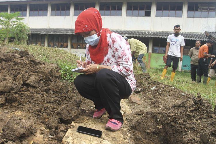 Tim dari Balai Arkeologi Sumatera Selatan meneliti temuan bebatuan yang diduga candi abad ke 12 di kawasan lorong RH Umar, Kelurahan 1 Ilir, Kecamatan Ilir Timur II Palembang, Rabu (30/12/2020).