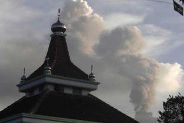 Gunung Raung memuntahkan material vulkanik terlihat dari Melaten, Jawa Timur, 12 Juli 2015. Letusan Gunun Raung telah mengakibatkan sejumlah bandara lokal di Jawa Timur dan Bandara Ngurah Rai Bali sempat ditutup.