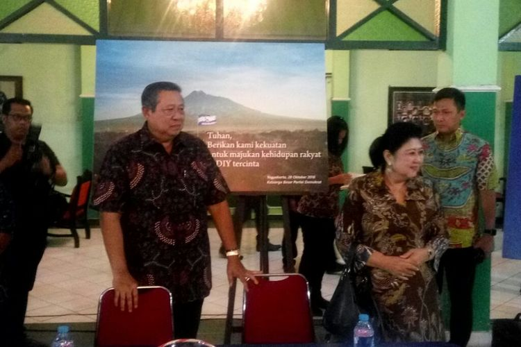 Ketua Umum Partai Demokrat, Susilo Bambang Yudhoyono dan Ani Yudhoyono saat tiba di Ndalem Menawan untuk berdialog dengan masyarakat.