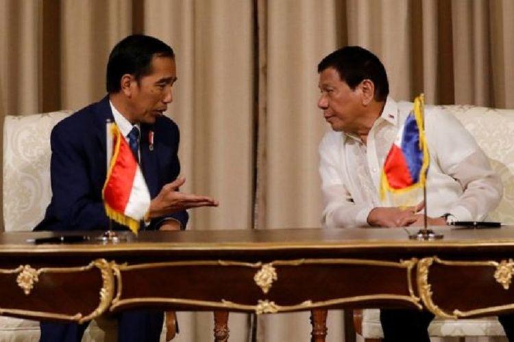 Presiden Indonesia, Joko Widodo, melakukan pertemuan dengan Presiden Filipina, Rodrigo Duterte, menjelang KTT ASEAN di Manila, Jumat (28/4/2017).