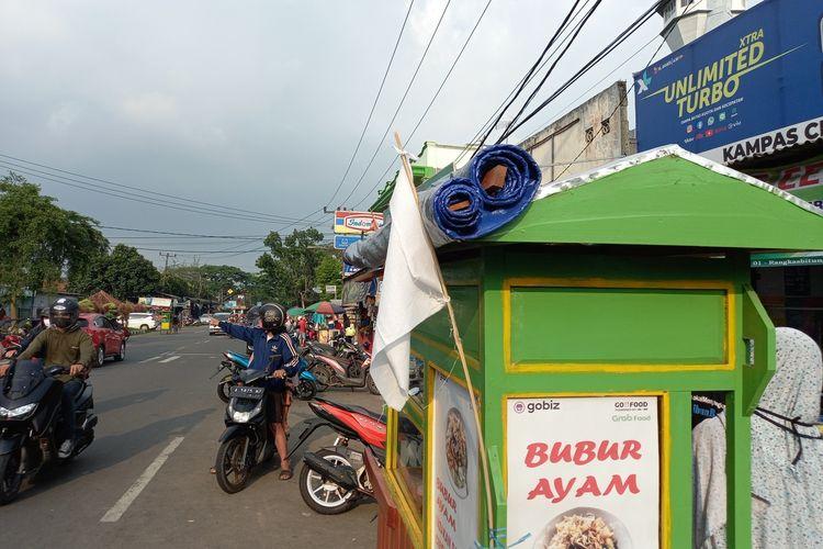 Sejumlah pedagang kaki lima di Rangkasbitung, Lebak, Banten, memasang bendera putih di gerobak mereka protes PPKM Darurat diperpanjang, Rabu (21/7/2021)