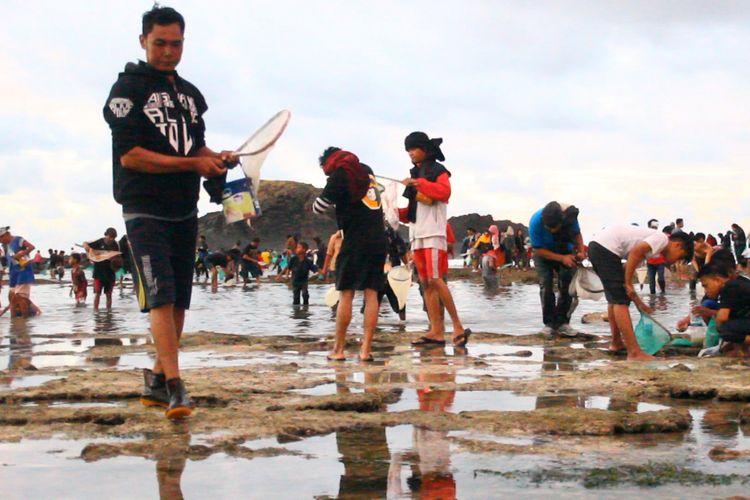 Lombok Tengah, Kompas.com-Tradisi Bau Nyale adalah tradisi menangkap cacing laut, yang dipercaya  sebagai jelmaan Putri Mandalika, seorang putri cantik yang menceburkan dirinya ke laut lepas, karena tak menginginkan pertengkaran antar pangeran yang memperebutkan dirinya.