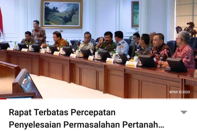 Menteri Perhubungan Budi Karya Sumadi dan Menteri ATR/Kepala BPN Sofyan A Djalil duduk bersebelahan, menghadiri rapat terbatas Percepatan Penyelesaian Permasalahan Pertanahan, Rabu (11/4/2020).