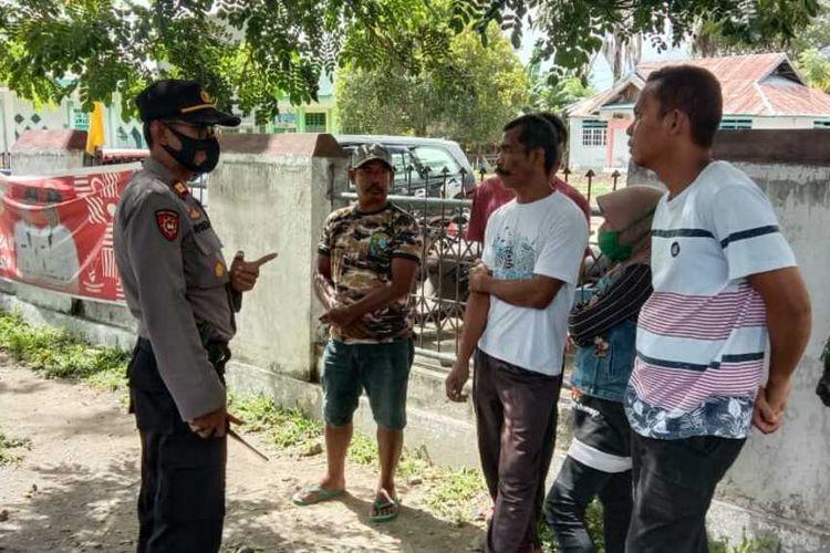 Kondisi serba susah di masa covid, lima warga di Palu bikin ulah, dengan menjalankan bisnis menunjukan jalan tikus bagi pelaku perjalanan yang tidak memiliki surat hasil rapid tes ke petugas covid-19 yang berjaga di pintu masuk wilayah Kota Palu, Jumat (25/9/2020).