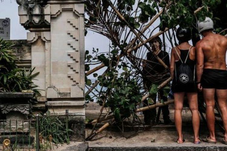 Pantai Kuta, salah satu destinasi wisata paling terkenal di Bali, ditutup selama pandemi Covid-19.