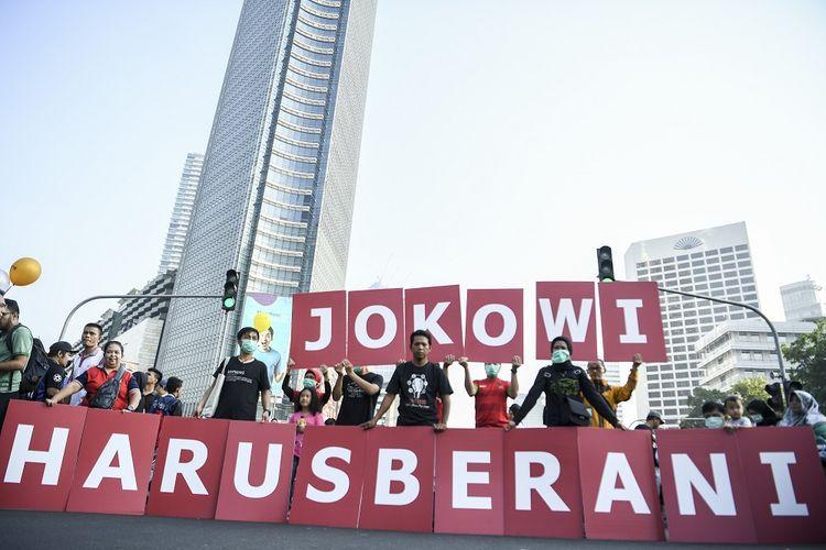Aktivis yang tergabung dalam Koalisi Masyarakat Sipil membentangkan spanduk ketika melakukan aksi saat Hari Bebas Kendaraan Bermotor (HBKB) di kawasan Bundaran HI, Jakarta, Minggu (1/9/2019). Dalam aksinya mereka meminta Presiden Joko Widodo agar berani mencoret nama calon pimpinan KPK hasil seleksi tim pansel yang dianggap bermasalah. ANTARA FOTO/Hafidz Mubarak A/aww.