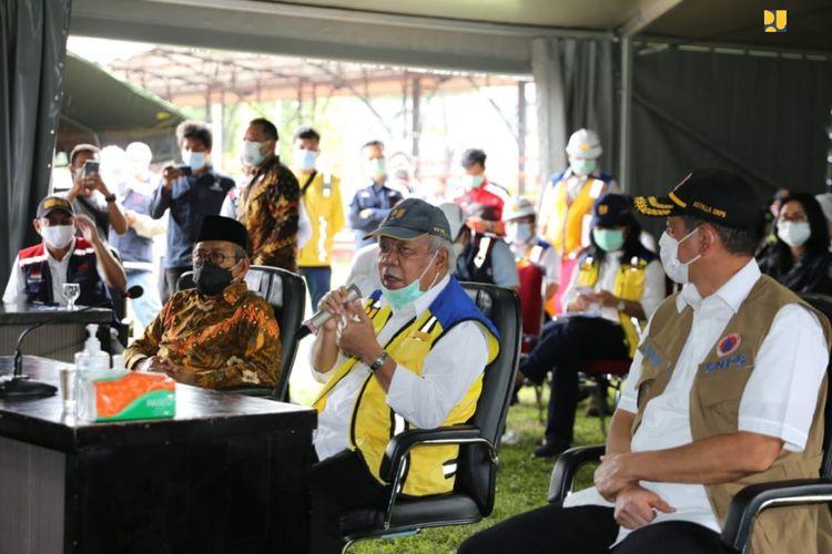 Menteri PUPR Basuki Hadimuljono meninjau penanganan gempa Majene di Sulawesi Barat, Minggu (17/01/2021).
