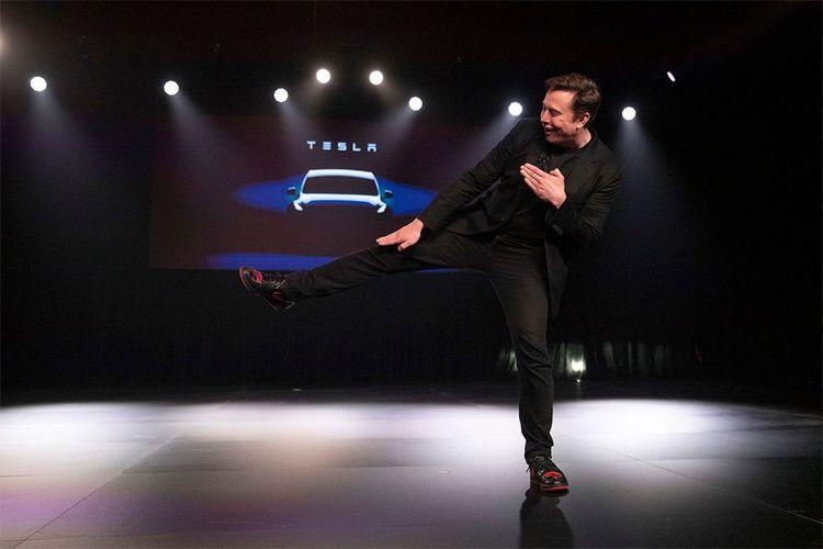 Elon Musk dengan sneakers terbaru