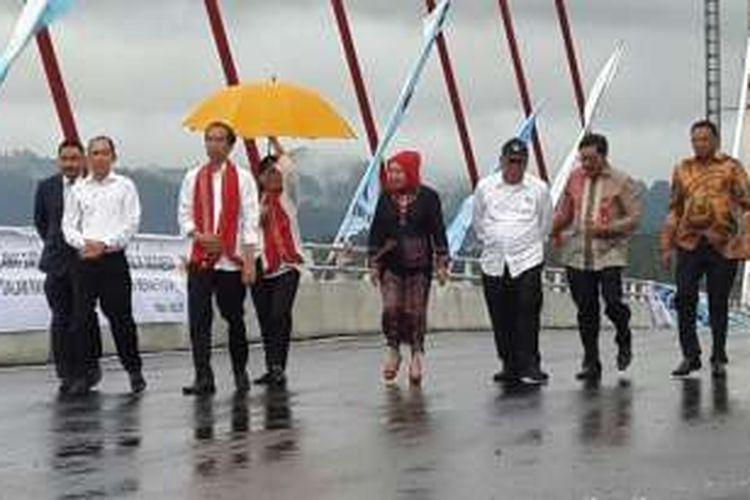 Presiden RI Joko Widodo (Jokowi) didampingi Ibu Negara Ibu Iriana Jokowi dan Menteri Pekerjaan Umum dan Perumahan Rakyat (PUPR) Basuki Hadimuljono meninjau Jembatan Merah Putih di Kota Ambon, Maluku, Senin (4/4/2016).