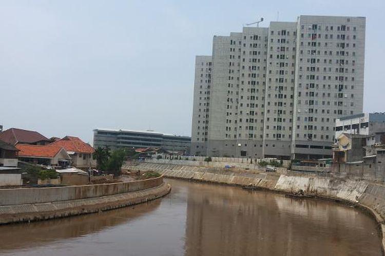 Kondisi aliran Sungai Ciliwung yang mengalir di kawasan Bukit Duri, Tebet, Jakarta Selatan, dan Kampung Pulo, Jatinegara, Jakarta Timur, Rabu (22/2/2017). Tampak aliran sungai sudah dinormalisasi. Terlihat dengan adanya dinding turap beton di sisi kiri dan kanan sungai.