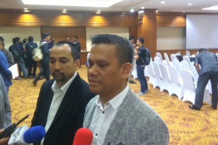 CEO dan Dirut PT LIB, Risha Adi Wijaya (kiri) dan Berlinton Siahaan, menjawab pertanyaan wartawan seusai menggelar Manager Meeting, di Hotel Sultan, Jakarta, Kamis (15/3/2018).