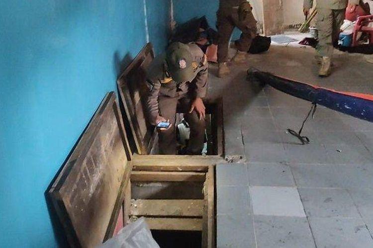 Ruangan bawah tanah di lokalisasi Gang Royal, Penjaringan, Jakarta Utara, yang menyajikan kamar bercinta berukuran sempit.