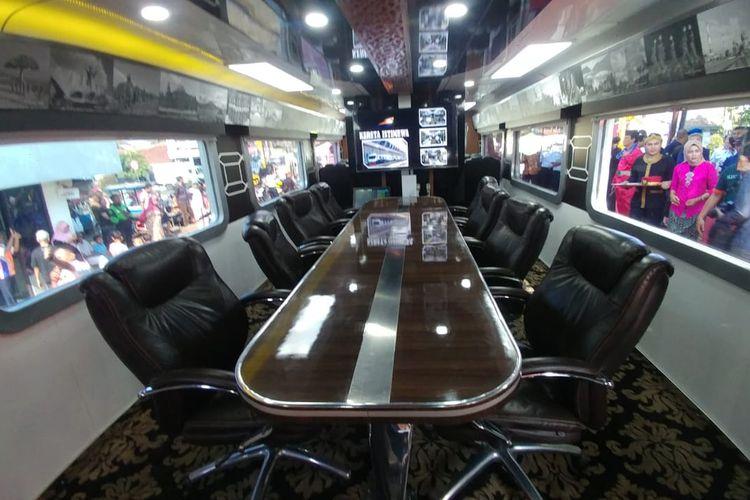 Ruang rapat di Kereta Istimewa.