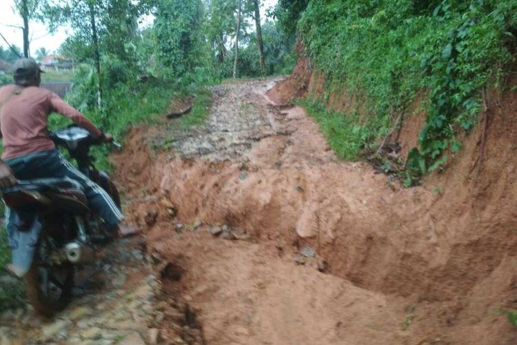 Kondisi Jalan Poros Desa Barunai, Kecamatan Cihara, Kabupaten Lebak Banten yang viral di media sosial setelah seorang ibu hamil ditandu saat hendak ke puskesmas, Selasa (10/11/2020)