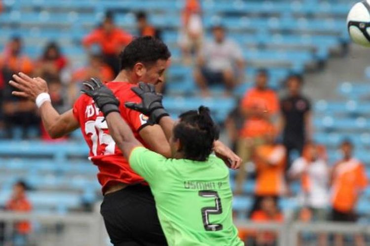 Pemain Persija Jakarta, Pedro Javier (kiri), menyundul bola untuk mencetak gol saat menjamu Persisam Putra Samarinda pada Liga Super Indonesia di Stadion Utama Gelora Bung Karno, Senayan, Jakarta, Minggu (6/1/2013). Pertandingan berakhir 1-1.